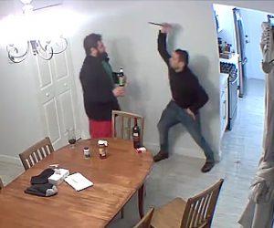 【動画】酔った男性がルームメートに頭突きをするがナイフで反撃される衝撃映像