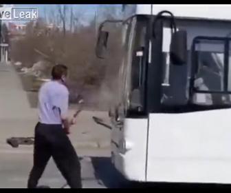 【動画】酔っ払った男が道を走るバスのワイパーを折りシャベルで襲い掛かる衝撃映像