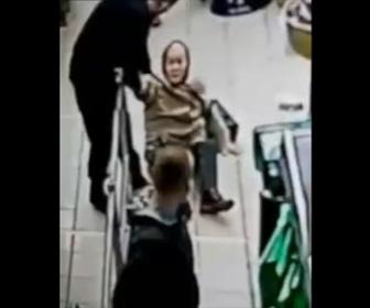 【動画】スーパーのレジで近づいてきたおばあさんを男が突き飛ばす衝撃映像