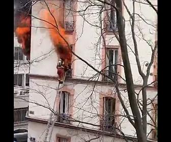 【動画】アパート3階で火災。燃えさかる炎の中から消防士が女性を救出する衝撃映像