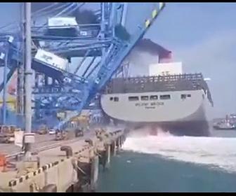 【動画】コンテナ船が港に突っ込み、港の大型クレーンを破壊してしまう衝撃映像