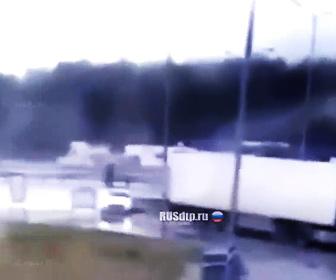 【動画】人気ブロガーが運転する車が猛スピードで大型トラックに突っ込んでしまう