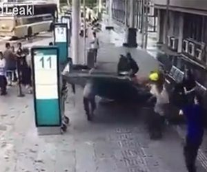 【閲覧注意動画】巨大なガラスを数人の作業員で運ぶがバランスが崩れ倒れてしまい…