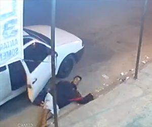 【動画】銃を持った強盗が財布やバッグを奪い逃走しようとするが段差につまずき…