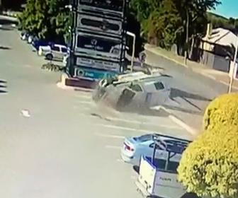 【動画】猛スピードの警察車両が横転しながら駐車場にいた歩行者2人に突っ込む衝撃映像