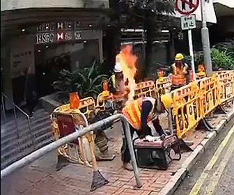 【動画】工事現場で燃料が燃え出し作業員に火が付く。同僚が消そうとするが…