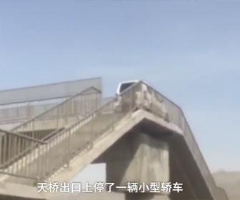 【動画】高速道路で運転手が間違った道に入り歩道橋を登ってしまう衝撃映像