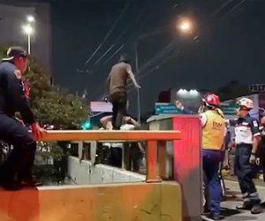 【動画】橋の欄干に立ち川に飛び込もうとする男を警察官が取り囲み…