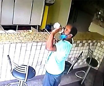 【動画】店に置いてあるアルコール消毒液を飲む男がヤバすぎる