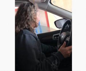 【動画】車のドアガラスが壊れて閉まらないのを忘れ、自動洗車機に入ってしまい…