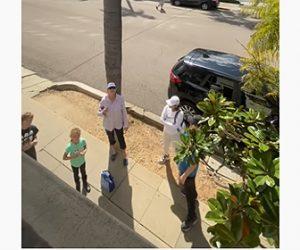 【動画】道端に集まっている人達に咳払いをすると…