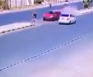 【動画】道を渡る男性にコントロールを失った猛スピードの車が突っ込んでくるが…