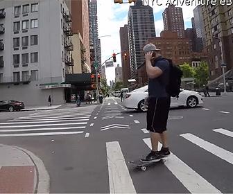 【動画】スケボーに乗り携帯電話で話しながら横断歩道を渡る男性。歩道の縁につまずき…