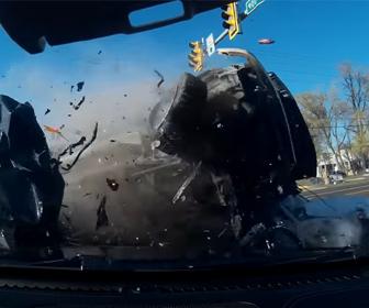 【動画】警察車両から逃げる猛スピードの車が赤信号に突っ込み大クラッシュする衝撃事故映像