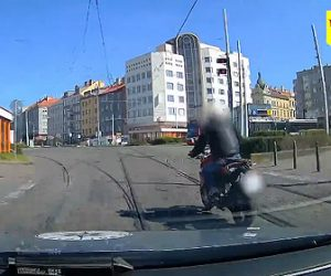 【動画】警察に追われる泥棒がバイクで逃げるが歩道の段差でコントロールを失い…