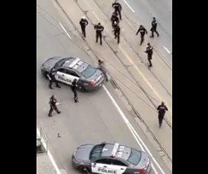 【動画】ナイフを持った男が警察官に囲まれるが逃走。警察官は車で男に突っ込む衝撃映像