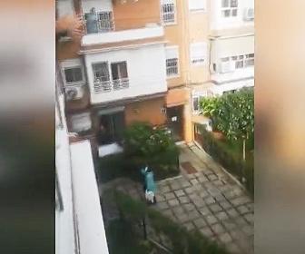 【動画】新型コロナウイルスから生還しマンションに帰ってきた女性を住民が拍手で迎える