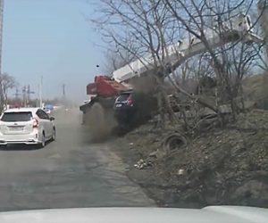 【動画】ブレーキが故障したトラッククレーンが対向車に突っ込んでしまう衝撃映像