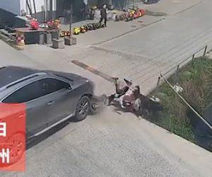 【動画】十字路で車と2人乗りスクーターが激突しスクーターに乗っていた2人がドブ川に落下する