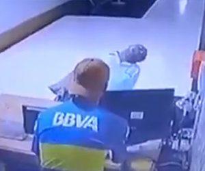 【動画】警備員が寝てる建物に泥棒が侵入。警備員の目の前にあるモニターを盗む衝撃映像