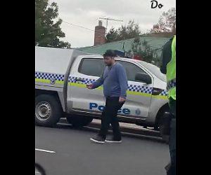 【動画】ナイフを持った男が銃を持った警察官に囲まれるがナイフを離さず…