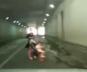 トンネルを走る車の前に突然ベビーカーを押す女性が現れる衝撃映像