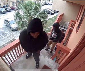 【強盗】家に3人の強盗が押し入るが家主が銃を撃ちまくり3人の強盗は慌てて逃げ出す衝撃映像