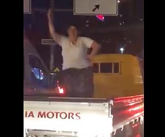 トラックの荷台で踊る女性に悲劇が…