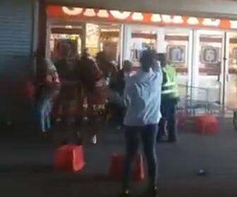 【略奪】外出制限続く南アフリカ 酒の販売禁止で住民達が店から酒を略奪する衝撃映像