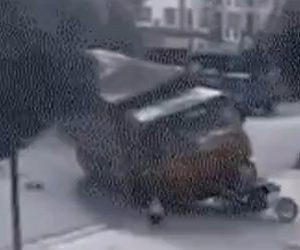 【閲覧注意動画】土砂を運ぶダンプカーがバイクと接触し横転。道を歩く80歳おじいさんが土砂の下敷きに…