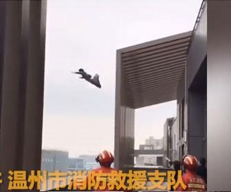 【飛び降り】消防隊員が止めるが酔っ払った男性がビル屋上から飛び降りてしまう衝撃映像