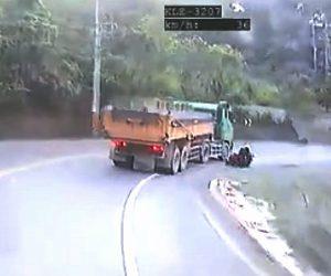 【衝撃事故】山道を走るバイクが前を走る大型トラックを追い越そうとするが…