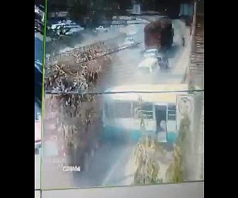 【事故】サトウキビを積んだ大型トラックが暴走。前に止まっているバスや車に突っ込む衝撃事故映像