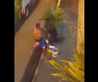 【ドッキリ】ゴミ袋を被りゴミ収集作業員を驚かせる男性