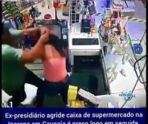 【暴行】男がレジの女性にペットボトルを投げまくり女性に掴みかかる衝撃映像