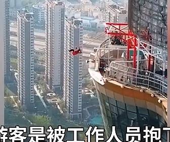 【事故】地上100mにある絶叫アトラクションで事故。ゲートが開かず激突してしまう衝撃映像