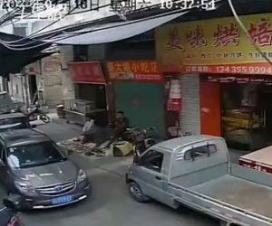 【動画】狭い道で進路を譲らなかった車が無理にトラックの横を通ろうとして…