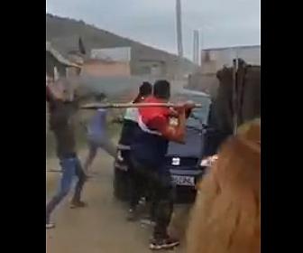 【戦い】突っ込んでくる車を必死によけスコップで殴りかかる。ジプシー達の戦いがヤバい