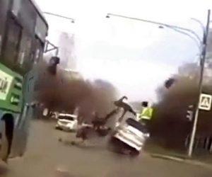 【事故】交差点で青信号を進んだ直後に横から猛スピードのバイクが突っ込んでくる衝撃映像