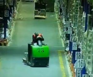 【衝撃】フォークリフトを運転中に寝てしまい…衝撃映像
