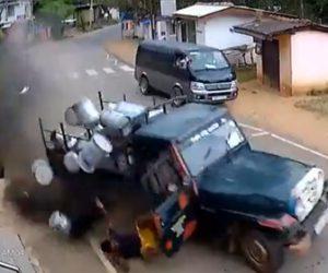 【事故】ミクルを運ぶ車がカーブを曲がり切れず運転手が車から落下してしまう衝撃事故映像