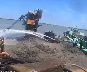 【事故】重さに耐えられずクレーンが川に落下。作業員が必死に逃げる衝撃映像