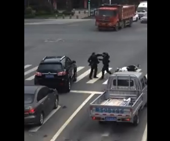 【当たり屋】中国の当たり屋がヤバい。当たり屋が自分から車に接触し倒れ、車から降りた運転手に…