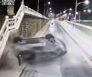 【動画】猛スピードの車が陸橋から落下し歩道に突っ込んでくる衝撃映像