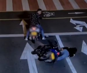 【飲酒運転】酒を飲みすぎバイクを運転する男。赤信号で止まれず…