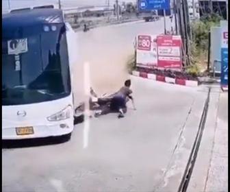 【事故】左折するバスに猛スピードの2人乗りバイクが突っ込むが…