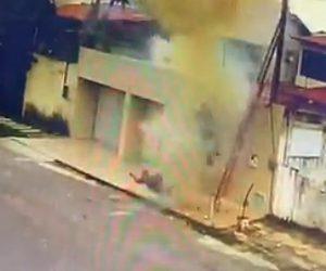【爆発】ハシゴに乗り電線で作業する男性。下から男性がロープを投げた瞬間…