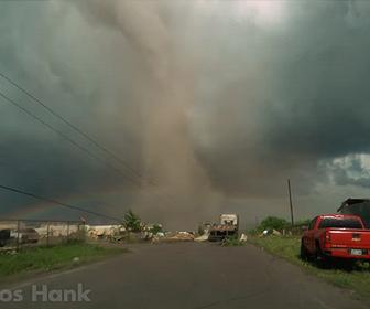 【竜巻】アメリカ、オクラホマで巨大竜巻が発生。町を破壊してしまう衝撃映像