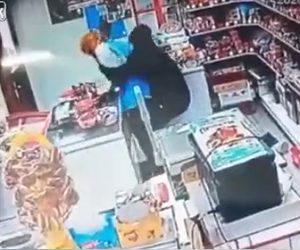 【戦い】強盗がレジのお金を要求するが女性店員が必死に抵抗し…