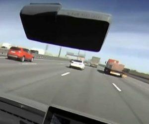 【事故】高速道路で猛スピードの車が前のトラックを避けようとしコントロールを失い…